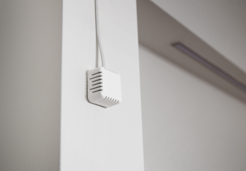 Combined Temperature and Relative Humidity sensor in 4x4x cm indoor box with RJ11 (1-Wire)